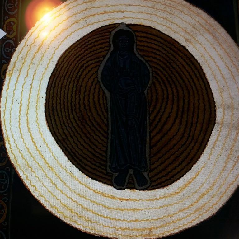 Zewnętrzny krąg białego światła, który oznacza Boga Ojca.