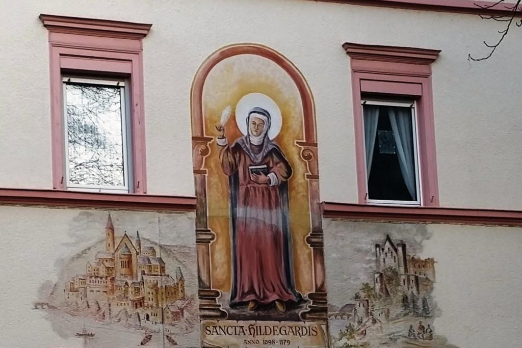 Święta Hildegarda. Dekoracja na ścianie jednego z domów w Bingen