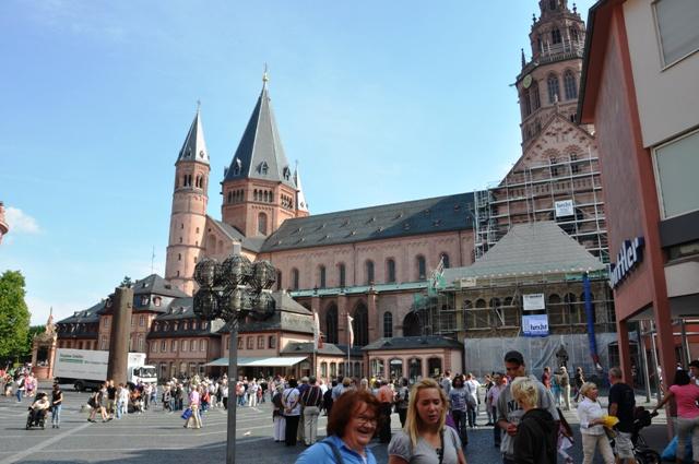 Katedra w Moguncji. Widok z placu Höfchen