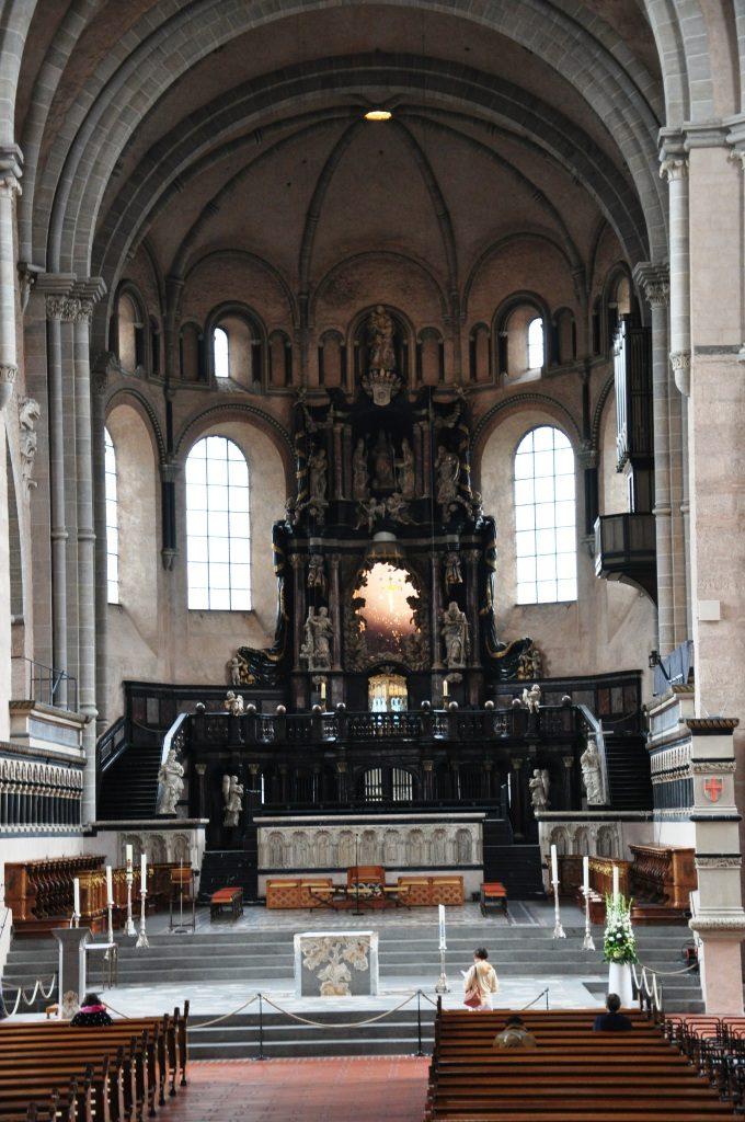 Ołtarz główny (barokowy) katedry w Trewirze